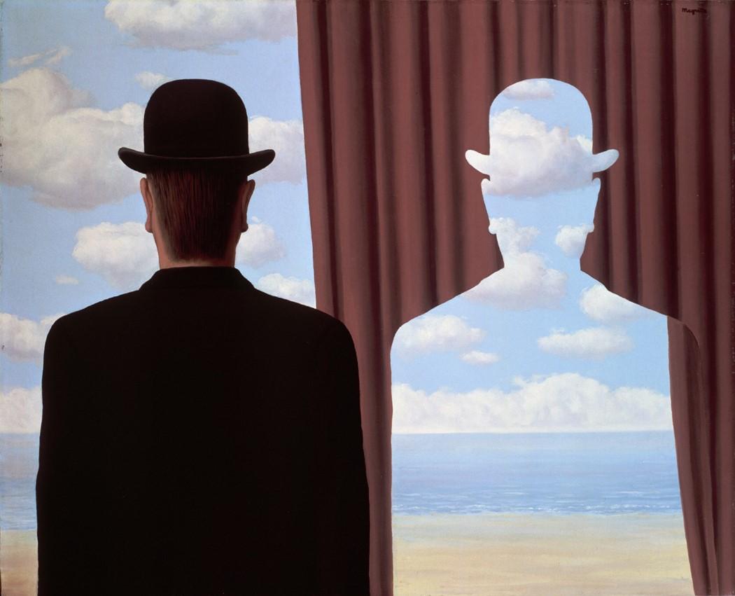 La foto raffigura il quadro di Magritte, raffigurante una sagoma di uomo con bombetta completamente sovrapponibile allo squarcio di una tenda che apre la vista al cielo