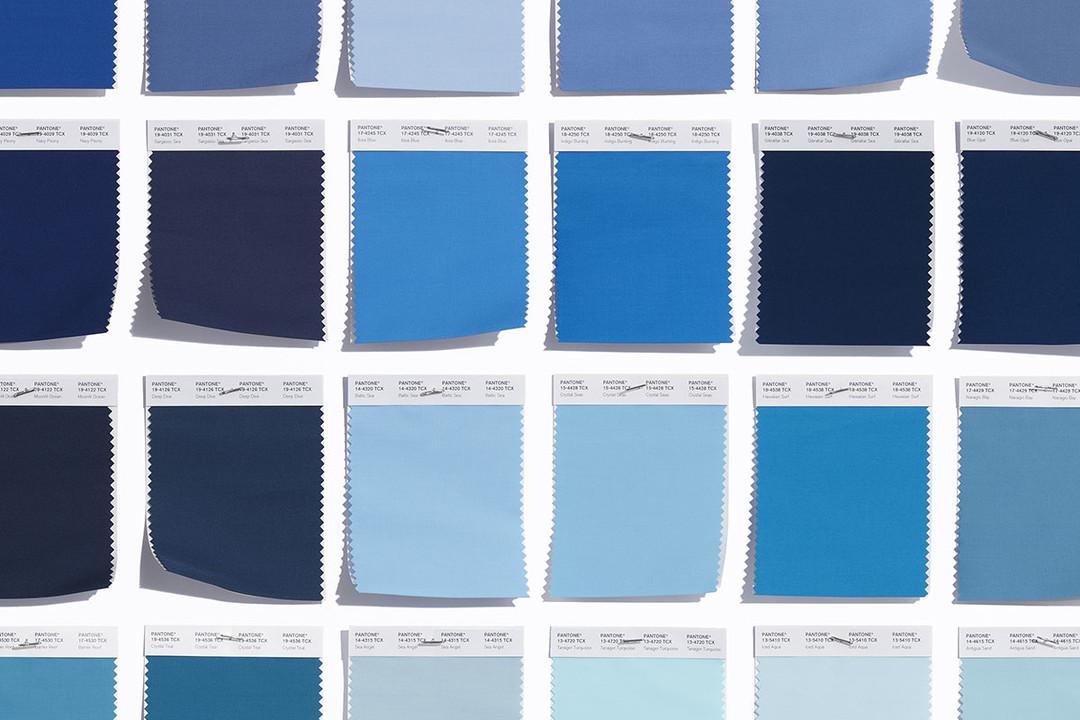 La foto rappresenta tutti i pantoni del colore blue