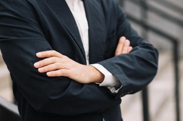 Un uomo (che non si vede) on le braccia incrociate