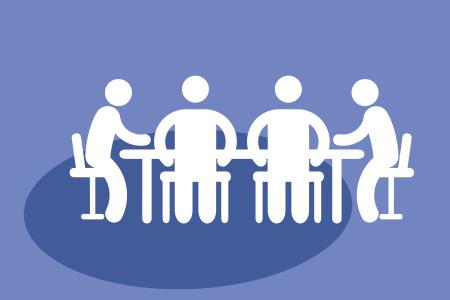 Quattro omini intorno ad un tavolo