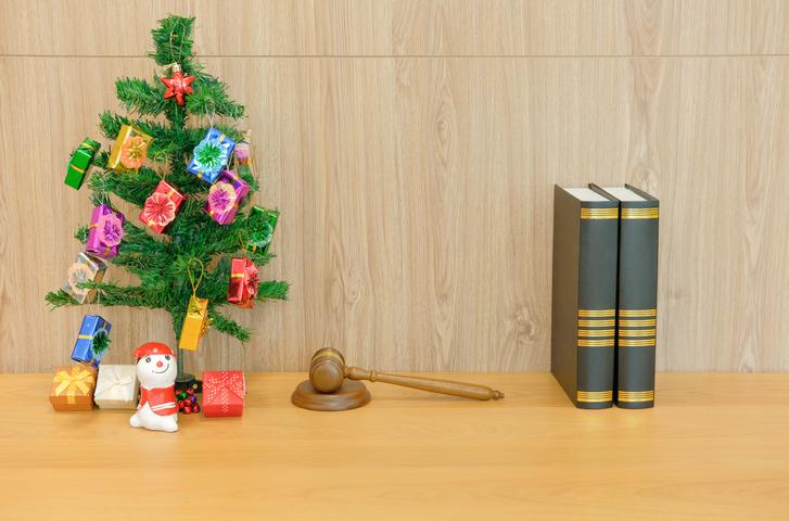 Un albero di natale con accanto dei volumi di diritto