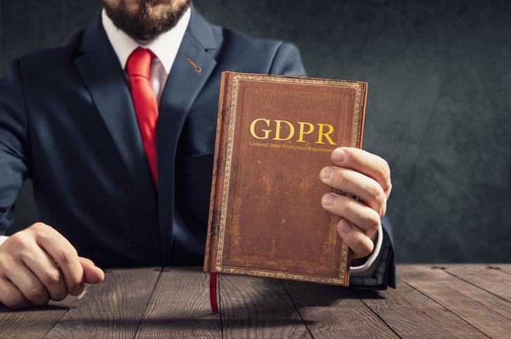 Un avvocato ha in mano il codice per la protezione dei dati personali