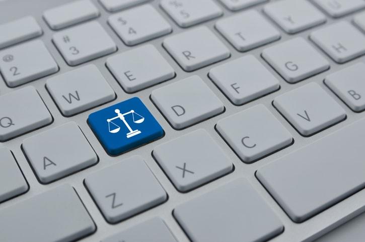 Tastiera del computer con raffigurata una bilancia