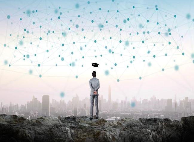 Un uomo guarda l'orizzonte tra nodi di rete e grattacieli