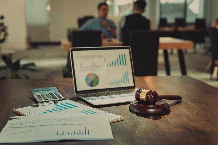 Alcune slide con statistiche e oggetti da tribunale